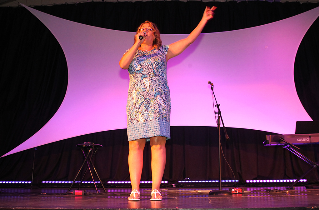 Nancy Campbell welcomes the audience to the 2016 Songwriters Festival. Jillian Danielson/RIverScene
