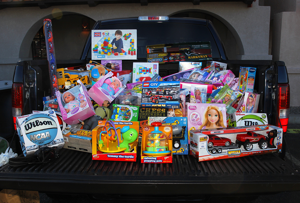 Havasu Classics Car Club  Spreads Cheer At  Annual Toy  And Food Drive