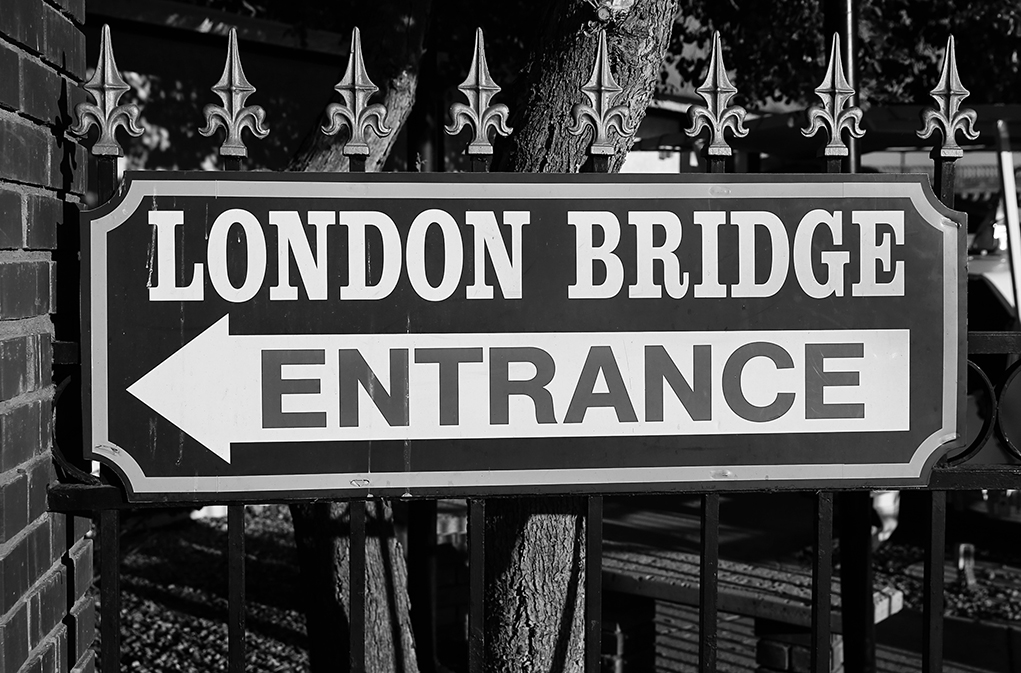 london bridge black and white